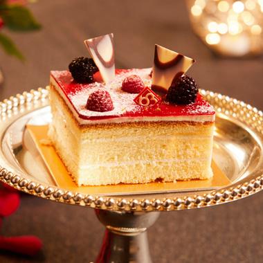 미니케이크 사진입니다. 63베이커리에서 제작한 정사각형 모양의 작은 생크림 케이크입니다.