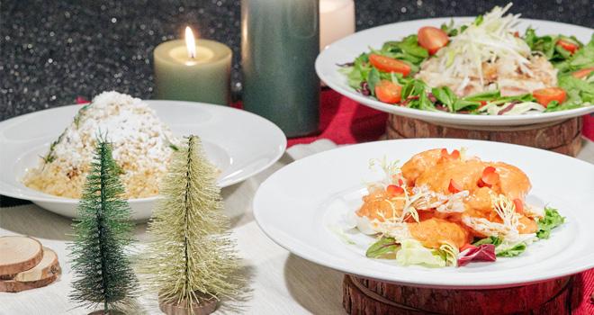 백리향 싱타이 윈터원더랜드 스페셜 메뉴 사진으로, 왼쪽부터 시계방향으로 하얀색 치즈가루가 눈처럼 덮힌 마늘닭튀김, 크리스마스 리스 모양 유린기, 딸기를 얹은 망고 새우가 있습니다.