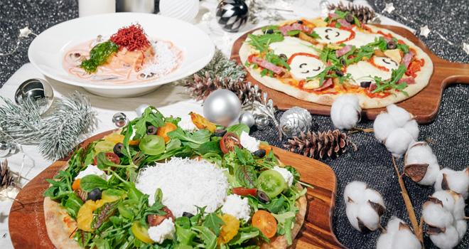 푸드키친 윈터원더랜드 스페셜 메뉴 사진으로, 왼쪽부터 시계방향으로 비트와 치즈가 듬뿍 들어간 핑크 파스타, 눈사람 모양의 후레쉬 모짜렐라가 올라간 나폴리 스타일 피자, 크리스마스 리스 모양의 샐러드 피자가 있습니다.